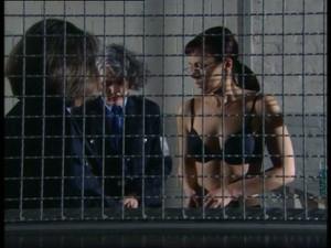 Nackt der hinter gittern frauenknast Hinter Gittern