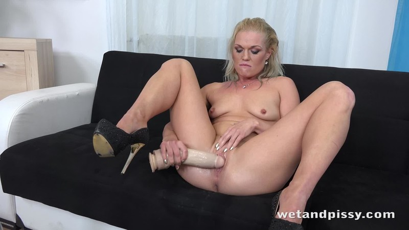 Angella Luxx Soaking The Tabletop
