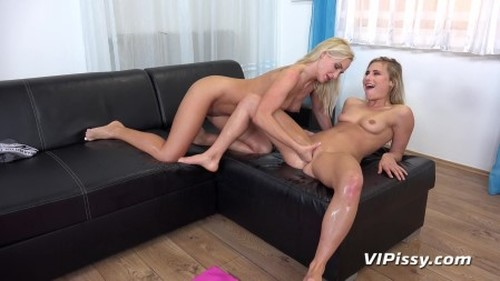 video-yoga-blondes-get-wet - New Pissing Video, Fetish Piss, Urine