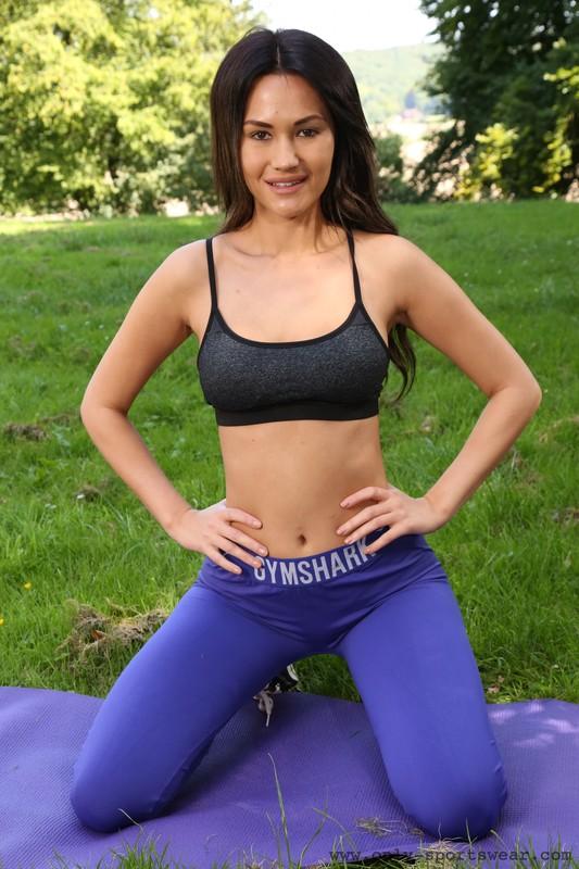 sporty lady Daisy Rose in blue gymshark yogapants