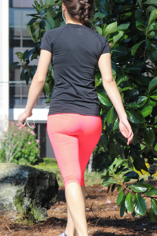 skinny jogger milf in red capri leggings