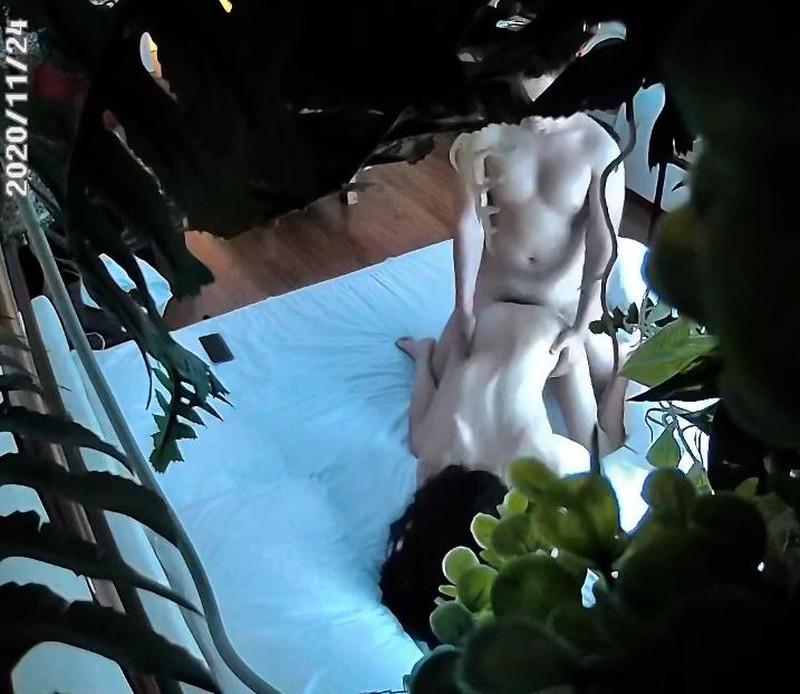 摄像头偷拍小胖利用午休和性感翘臀女友开房激情临走让妹子给穿上