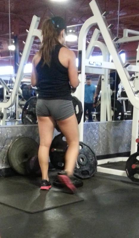 pretty gym lady in yogashorts