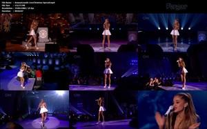 Ariana Grande Con MicroFaldita En Este Especial Navidad