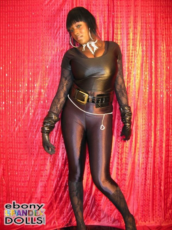 black milf Oyinka in sexy leggings