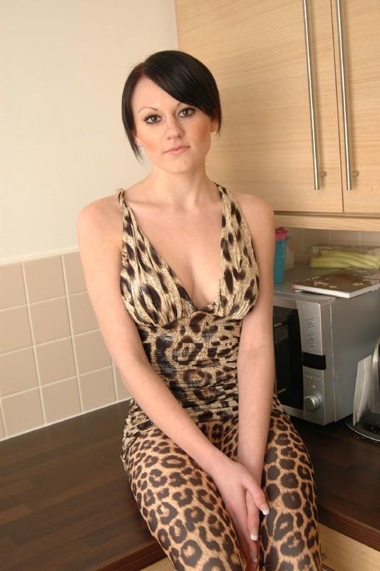 shiny angel housewife in leopard print leggings