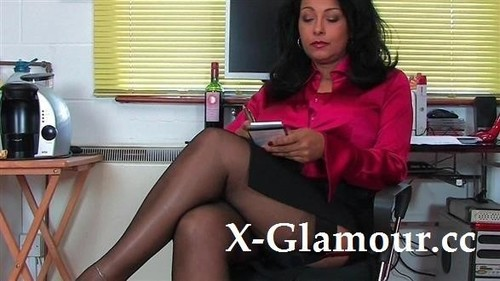Tanned Mommy Shows Her Bushy Cunt [SD]