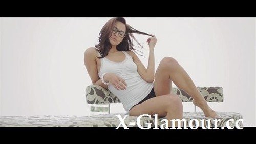 Michaela Isizzu - Alone [FullHD/1080p]
